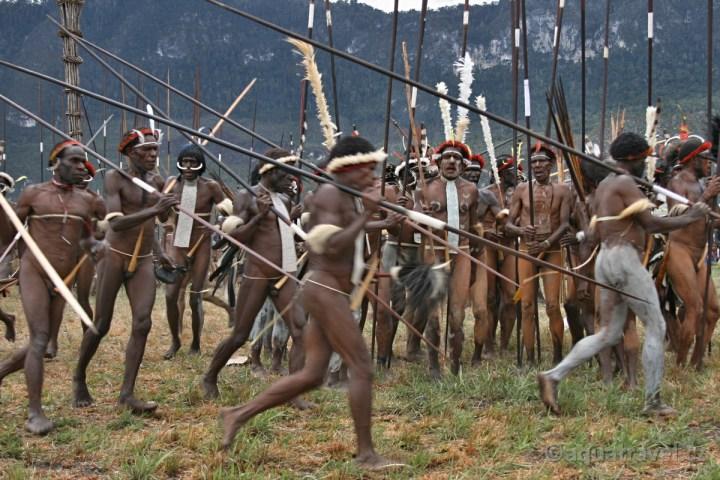 Ukázka bojových tanců kmene Dani