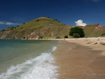 Pláž ostrova Laba v NP Komodo. Exotická dovolená