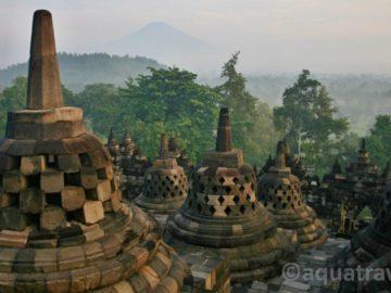 Borobudur pohled na Merapi