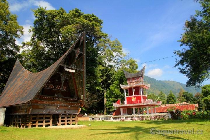 Dům a hrobka bataků na ostrově Samosir v jezeře Toba