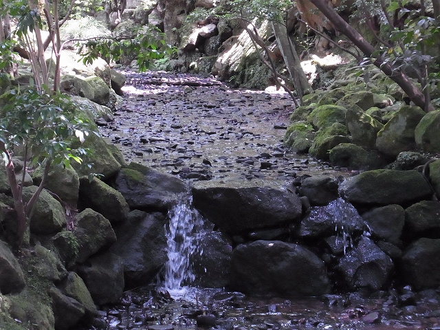 水の流れと小さな滝