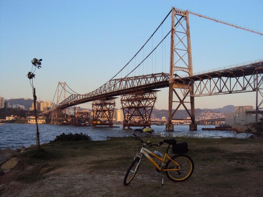 01.Aquela_que_pedala_A_ponte_que_nao_cai_Luciana_Vieira_02.08.2015