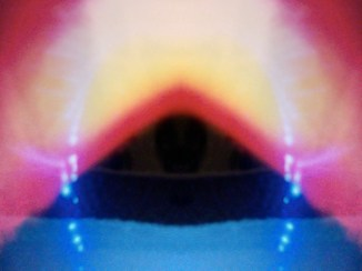 Foto Kirlian piramide bañada de luz