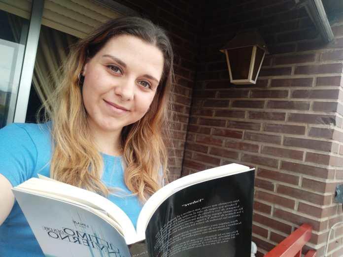 Tatiana leyendo en su casa durante el estado de alarma