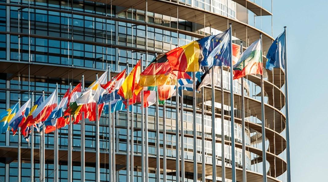 Banderas ante la sede del Europarlamento