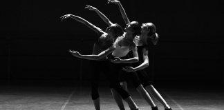 Tres mujeres ensayan ballet.
