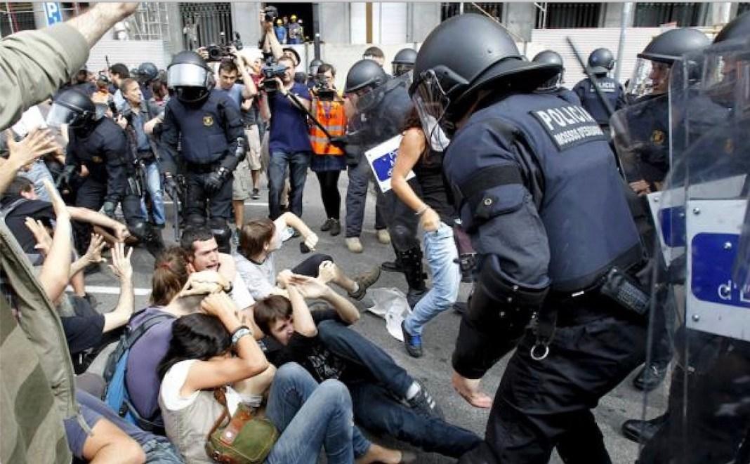 Desalojo de una acampada en la Plaza de Catalunya de Barcelona en las protestas del 15M de 2011