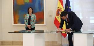 El presidente del Gobierno, Pedro Sánchez, y la ministra de Defensa, Margarita Robles, durante la firma de la Directiva de Defensa Nacional 2020. Moncloa, Fernando Calvo