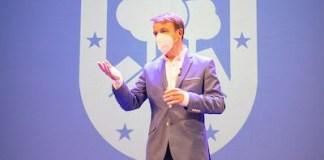 Jesús Moreno, alcalde de Tres Cantos, presenta el logo azul del escudo municipal