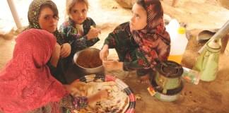 PMA/Abeer Etefa: niñas desplazadas en el campamento de Al-Mazraq en Yemen comparten una simple comida de pan y legumbres preparada por sus madres