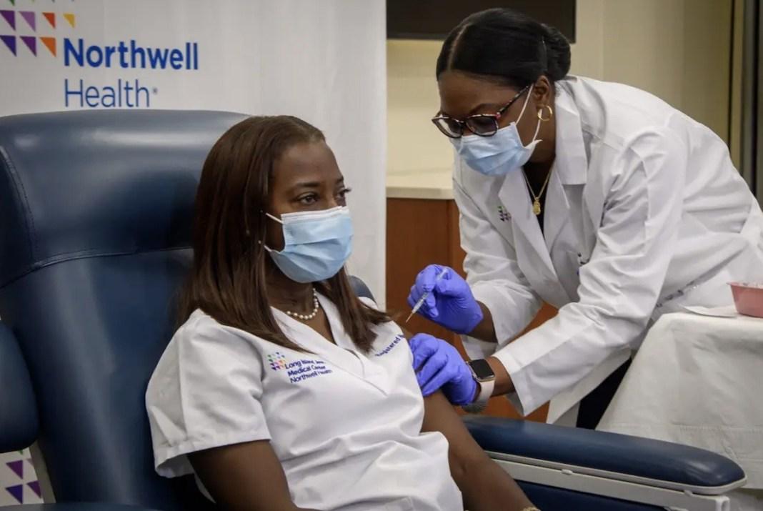 Sandra Lindsay, enfermera Long Island Jewish Medical Center NY, se administra la primera vacuna contra la COVID-19