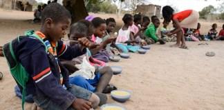 UNICEF/UN051605/Rich Niños comiedo en una escuela de la provincia de Maputo en Mozambique.