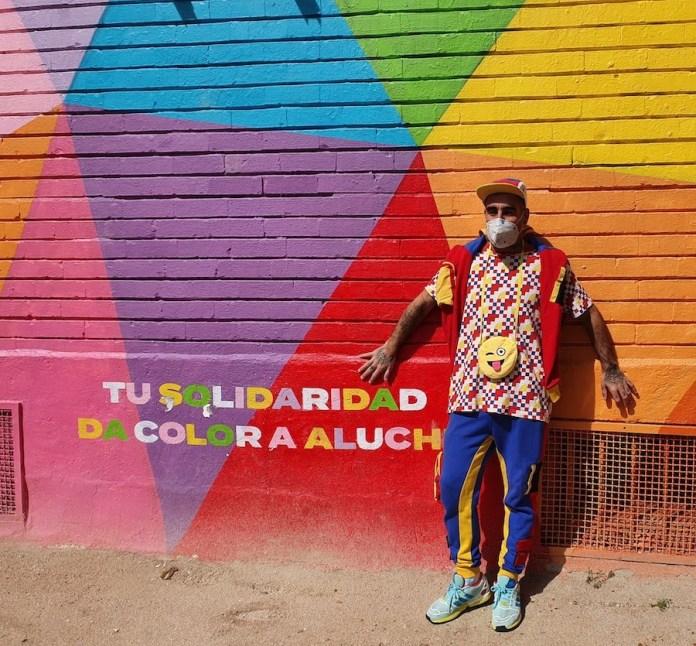 Okuda ante el mural solidario de Aluche