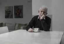 personas solas tomando café
