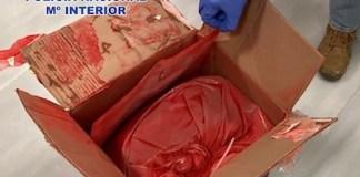 Policia pintura roja con cocaina