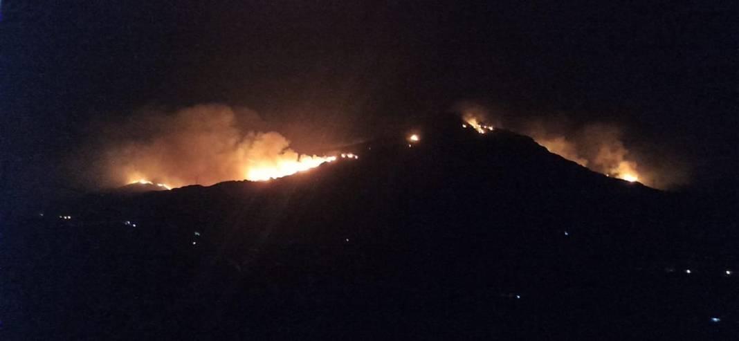 Incendio de Sierra Bermeja visto desde Estepona, hacia Benahavis. Se aprecian las luces de las viviendas cercanas.