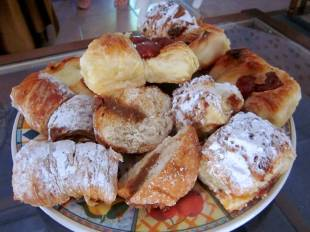 There is nothing as good as 'facturas argentinas', not even the french ones :D