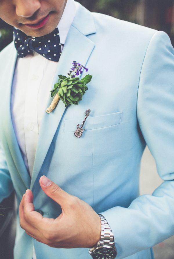 novio con traje de color