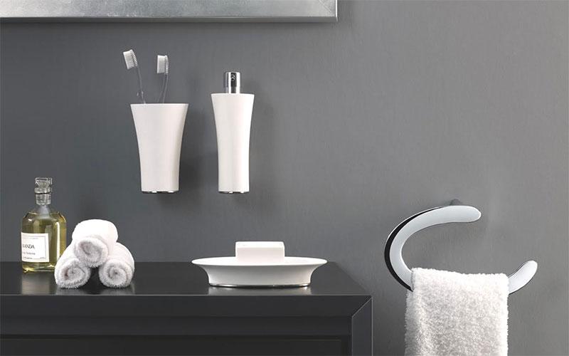 colocar accesorios en el baño