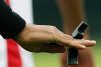 طاقم تحكيم سينغالي لإدارة مباراة في البطولة الوطنية
