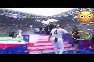 بالفيديو.. لقطة محرجة لبنعطية مع المضيفات في حفل تسليم اللقب لليوفي