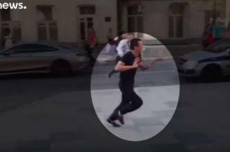 شاهد لحظة هروب سائق سيارة الأجرة الذي دهس المارة بموسكو