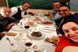 أبو حفص يوضح حقيقة ظهوره على مائدة بها كؤوس الخمر