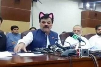 """وزير باكستاني يظهر بـ """"فيلتر"""" قطة يثير سخرية الفيسبوكيين"""