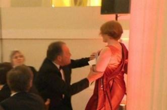 بالفيديو.. وزير بريطاني يعنف ناشطة بقوة