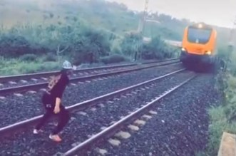 """فيديو لشاب يعترض قطارا يشعل الفايسبوك.. """"Oncf"""" يدخل على الخط"""