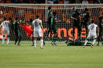 بعد هدف محرز.. المنتخب الجزائري ينجو من الإقصاء من كان مصر -فيديو