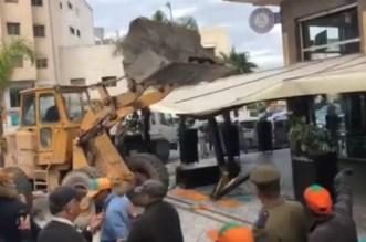 السلطات تهدم واجهة مقهى بالدار البيضاء – فيديو
