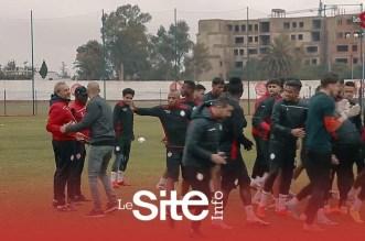 صابر يودع لاعبي الوداد قبل مواجهة اتحاد العاصمة – فيديو