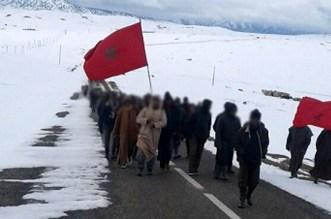 سكان دواوير يجبال الأطلس يخرجون في مسيرة احتجاجية وسط الثلوج