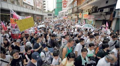هونغ كونغ.. عشرات الألاف يتجمهرون أمام مقر الحكومة لرفضها لقاء المحتجين