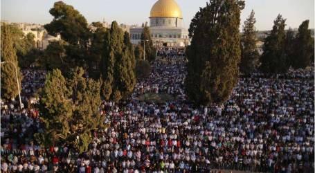 عشرات الآلاف يؤدون صلاة العيد في المسجد الأقصى