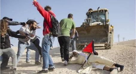 الجيش الإسرائيلي يعتدي بالضرب على متضامنين في الخان الأحمر