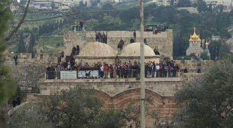 """: القدس : قائد شرطة الاحتلال وضباط في """"الشاباك"""" يقتحمون """"مصلى الرحمة"""" في الأقصى"""