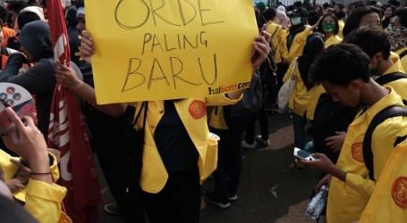 طلاب من مختلف أنحاء إندونيسيا يحتجون أمام البرلمان في جاكرتا
