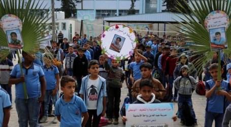 طلاب غزة ينكسون العلم حزنا على استشهاد ثلاثة من زملائهم