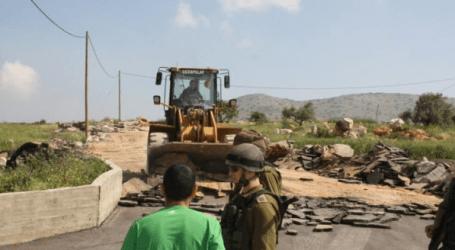 الاحتلال يحارب المزارعين ويستولي على جرافة شرق يطا