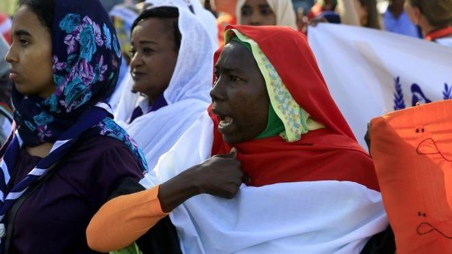 """السلطة الانتقالية في السودان تلغي قانونا كان """"ينظم"""" سلوكيات المرأة وتحل حزب البشير"""