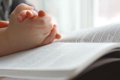 child-praying-bible