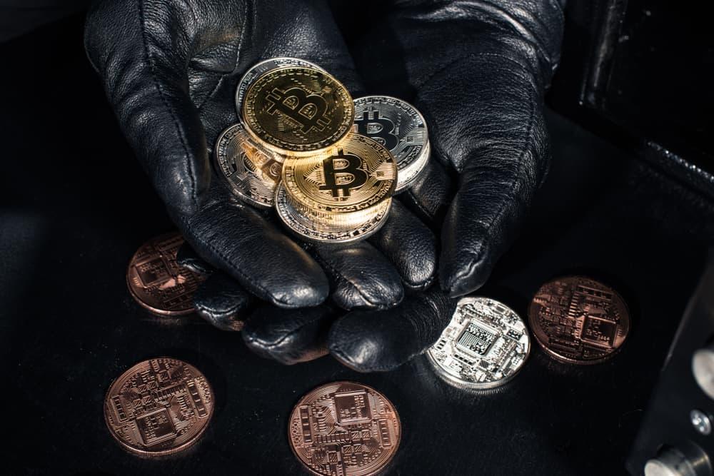 القاء القبض على محتال سرق أكثر من 15 ألف دولار من العملات المشفرة عن طريق انتحال الهوية