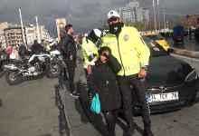 Photo of تركيا : انتشار وترحيب واسع لقصة شرطي مرور ساعد طفلة سورية تشعر بالبرد