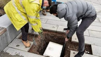 صورة عمال نادي ليفربول يقومون بدفن كبسولة في مركز تدريب الفريق