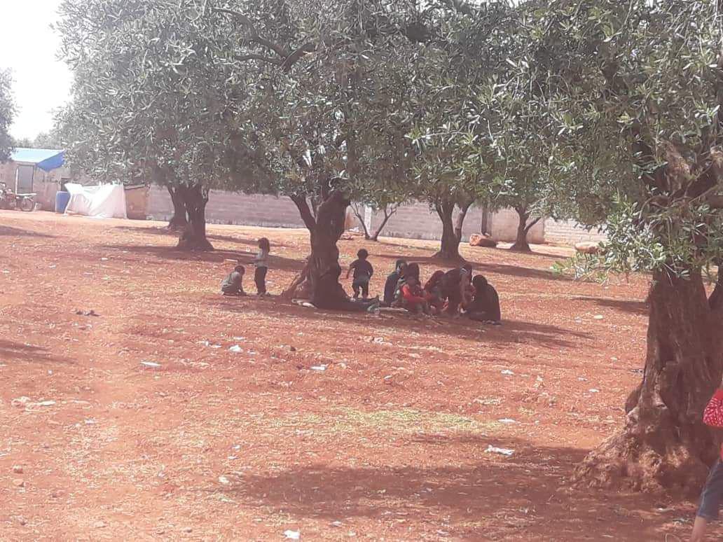 سوريون يفترشون التراب على الحدود مع تركيا 4