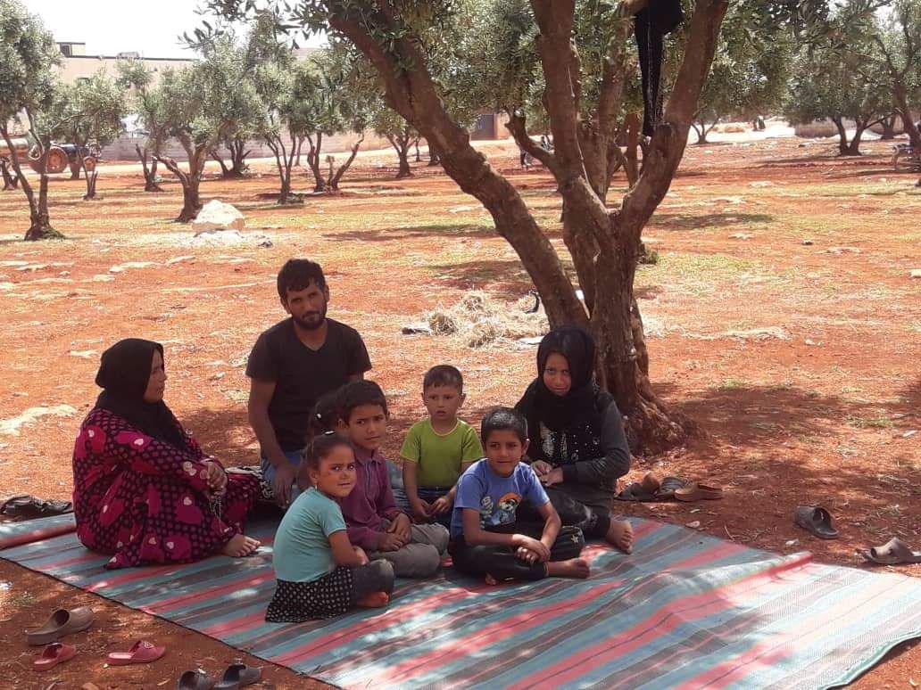 سوريون يفترشون التراب على الحدود مع تركيا 3