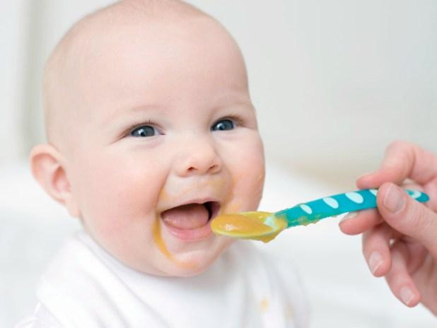 الميعاد المناسب لبدء تغذية الطفل