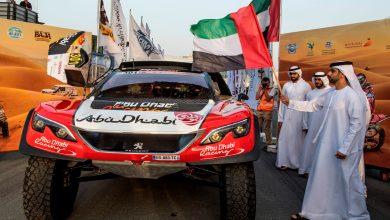 Photo of منصور بن محمد يلوح براية البدء للسائقين في رالي دبي الصحراوي